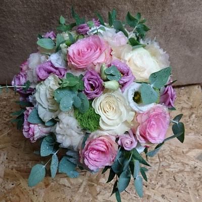 Rosas, rosa pitiminí, lisianthus y eucalipto