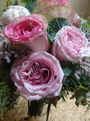 Rosas, peonias, eucalipto y limonium