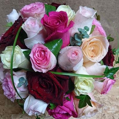 Rosas, hiedra, eucalipto y beargrass