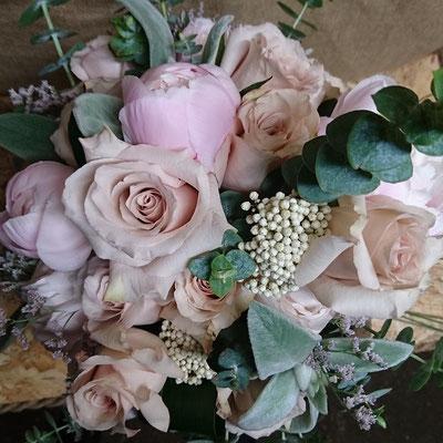 Rosas, peonías, limonium, flor de arroz y eucalipto