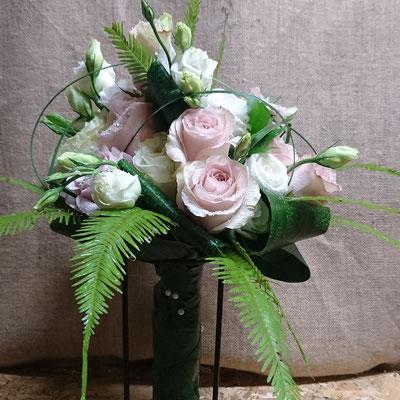 Rosas, lisianthus y helecho