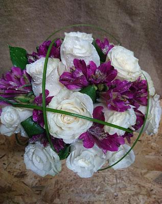 Rosas, astromelia y beargrass