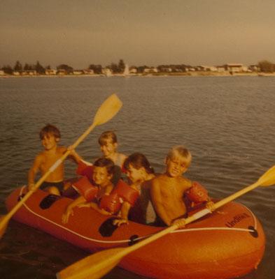 Am Dürrsee in unserem Schlauchboot mit meinem Bruder Wolfgang und Cousinen um 1969/70