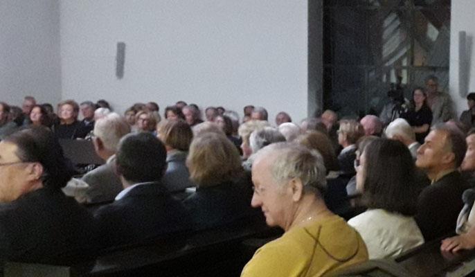 Blick zu einer Gruppe von Gästen ( etwa 150 insgesamt) bei der Eröffnungsrede