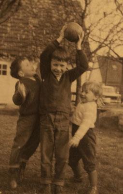 im Garten der Großeltern mit meinen Brüdern um 1965