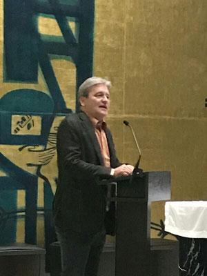 Raphael Bergmann bei den Begrüßungsworten in der Kapelle des Hauses