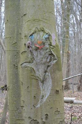 """Waldgeist """"Lauschi"""": Ein Baum, auf dessen Rinde ein großes weißes Gespenst aufgemalt ist."""