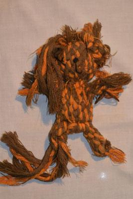 Mein Lieblingsteddy - 5 Wochen später... Der Teddybär aus Knotenseil ist total zerfranst und zerkaut.