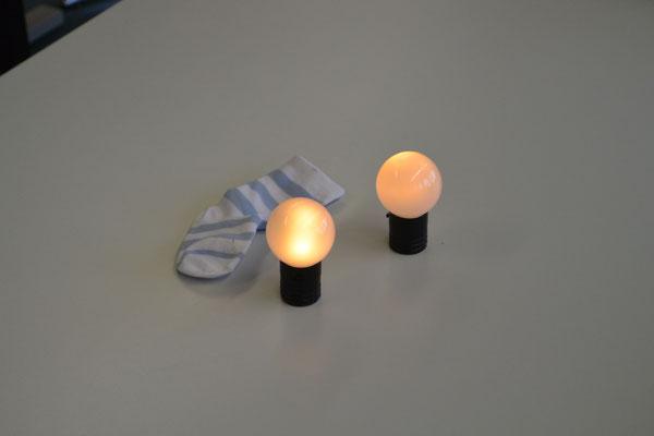 Zwei kleine Leuchtkugeln stehen auf dem Tisch und daneben liegt ein Socken, mit denen Blade die Kugeln transportieren kann.