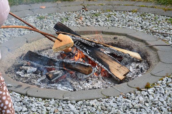 Hier ist das Lagerfeuer zu sehen: Holz spendet uns Menschen Wärme und Licht.