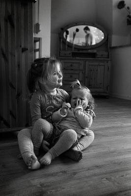Homestory, Familienreportage, swfoto, schwarzweissfoto, familienfotografie, echtesleben, begleitendefotografie, fotorika, fotoshooting, Geschwisterfotos, familienfotografhamburg, kinderfotografhamburg