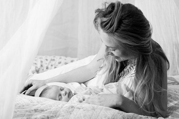 Neugeborenenshooting, babyfoto, Homeshooting, geburtsreportage, Familienshooting, wochenbettreportage, Familienfotografhamburg, babyshootingzuhause, wochenbett, stillen, stillbilder