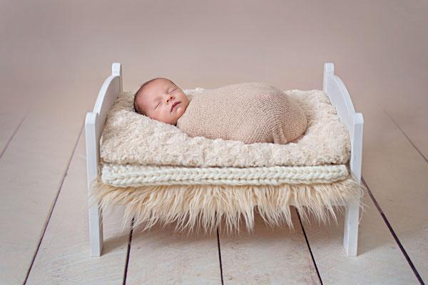 Neugeborenenshooting, Babyfotografie, Newborn, Baby, Bettchen, Studio, Fotoshooting, Neugeborenenshooting