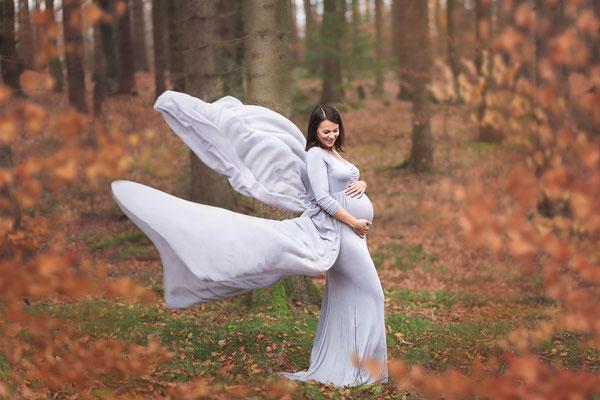 Babybauchfotos, Babybauchshooting, Oudoorfotos, Schwangerschaftsfotos, Schwangerschaftsshooting, Schwangerschafskleid, Schleppe, Shootingkleid, Babybauch