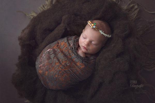 Neugeborenenfoto, Newbornphoto, Hamburg, Rosengarten, Seevetal, Herbstfarben, Fotostudio, Baby, Babyfotograf, schlafend, Kopfband, Haarreif