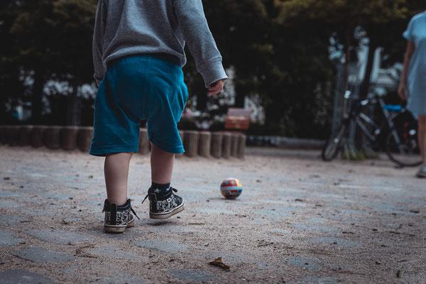 Junge, Fussball, Familienshooting, beiunszuhause, Zuhause, begleitendesshooting, Reportage, Kinder, Geschwister, Familie, Familienalltag, Erinnerungsfotos, Hamburg, St.Pauli,
