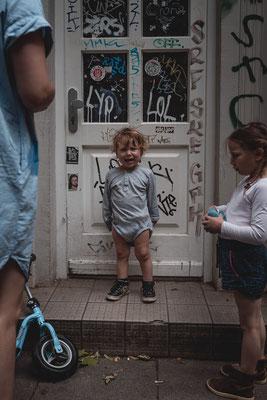 Junge, weinend, Trotzkopf, Haustür, Familienshooting, beiunszuhause, Zuhause, begleitendesshooting, Reportage, Kinder, Geschwister, Familie, Familienalltag, Erinnerungsfotos, Hamburg, St.Pauli,