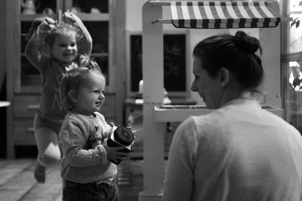 Homestory, Familienreportage, swfoto, schwarzweissfoto, familienfotografie, echtesleben, begleitendefotografie, fotorika, fotoshooting, Geschwisterfotos