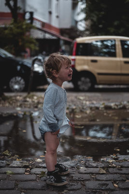 Junge, weinend, Pfütze, Familienshooting, beiunszuhause, Zuhause, begleitendesshooting, Reportage, Kinder, Geschwister, Familie, Familienalltag, Erinnerungsfotos, Hamburg, St.Pauli,