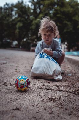 Junge, Fussball, Spielplatz, Familienshooting, beiunszuhause, Zuhause, begleitendesshooting, Reportage, Kinder, Geschwister, Familie, Familienalltag, Erinnerungsfotos, Hamburg, St.Pauli,