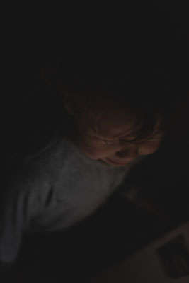Junge, Porträt, Familienshooting, beiunszuhause, Zuhause, begleitendesshooting, Reportage, Kinder, Geschwister, Familie, Familienalltag, Erinnerungsfotos, Hamburg, St.Pauli,