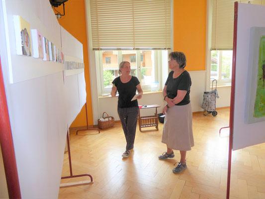 Beim Aufhängen der Bilder, Andrea, Ursi