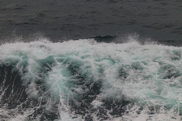 Farbenspiel einer Atlantikwelle