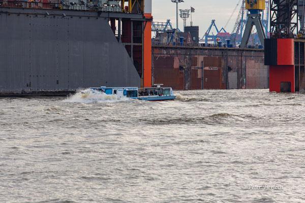 Hafenrundfahrer kämpft sich durch die Wellen, Hamburg, Deutschland