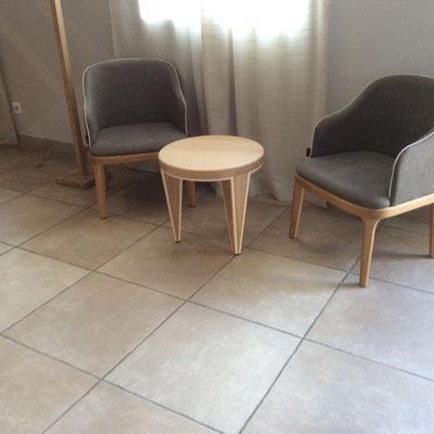 tables basses pour l'accueil de l'Hotel restaurant l'HOSPITALET à Narbonne