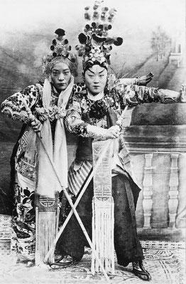 287. — Théâtre. Deux artistes, un homme et une femme, celui de gauche est déguisé en femme.