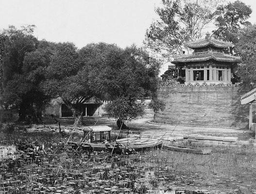 23. — Pékin. Palais impérial. Débarcadère du lac du Sud pour se rendre au palais de la rotonde.