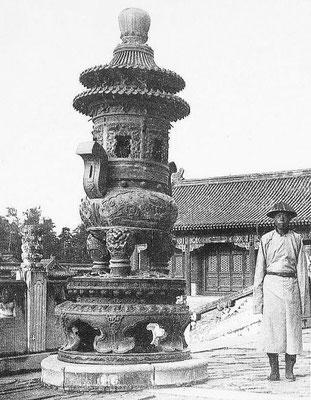 408. — Brûle-parfums en bronze aux tombes impériales des Si-ling.