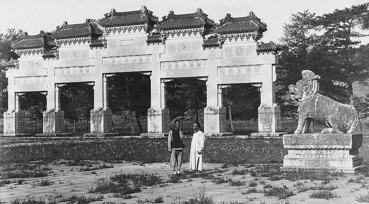63. — Tombes impériales de Si-ling. Portique et dragon sur l'Avenue Sacrée.