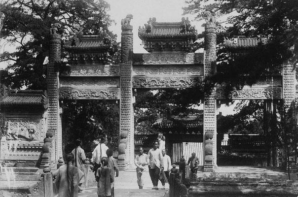 209. — Pékin. Portique au temple de Py-young-sen.