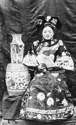 245. — Jeune femme tartare, en costume et coiffure d'été.