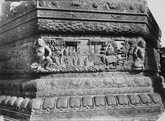 350. — Pékin. Bas-relief en marbre sculpté au temple jaune Hoang-sen. La sculpture représente la vie de Bouddha.