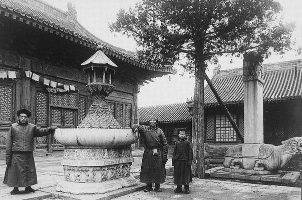 109. — Temple des lamas.  Un coin du temple. Vasque et stèle sur tortue en marbre sculpté.