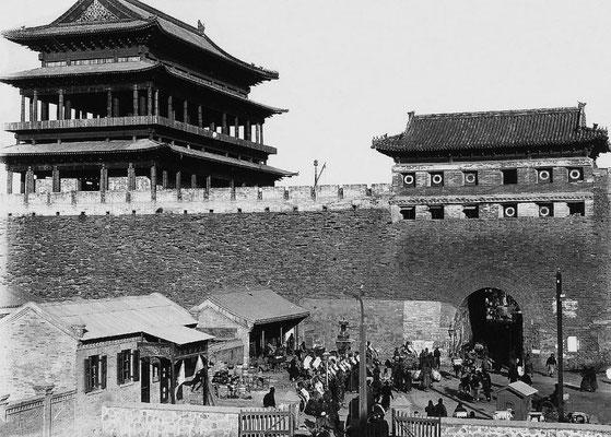 190. — Pékin. Ts'ien men. Porte dans la demi-lune, près de la gare de chemin de fer de Tien-sin et au-delà.