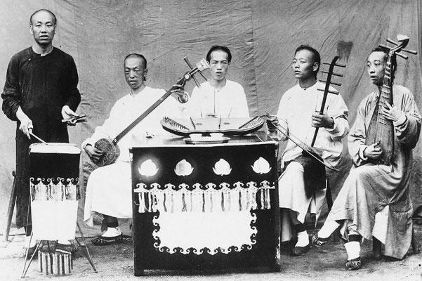 296. — Pékin. Un orchestre de théâtre à cinq musiciens.