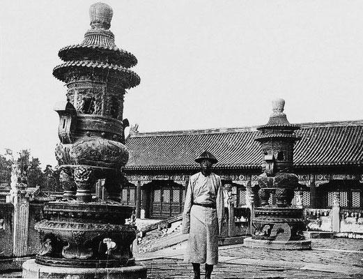 81. — Tombes impériales de Si-ling. Brûle-parfums en bronze et gardien du tombeau.
