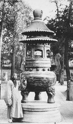 407. — Brûle-parfums en bronze dans un temple de lamas.
