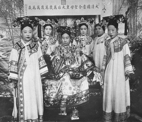 242. — S. M. l'Impératrice Tseu-hi, les deux femmes de l'empereur Kouan Su et madame Yu Kan et ses deux filles, dames d'honneur de l'Impératrice.