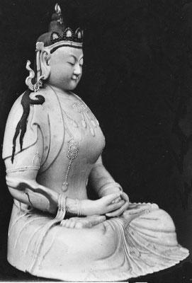 341. — Statuette en porcelaine. Déesse Kouan-iin, règne de Kien-loung. Collection de Mgr Favier, évêque de Pékin.