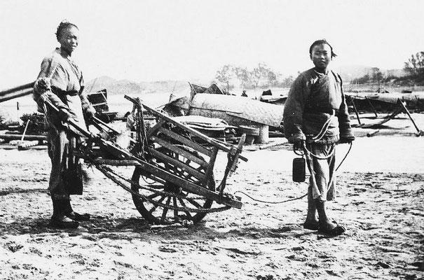 308. — Brouette chinoise servant au transport de matériaux divers, et aussi pour le transport des personnes.