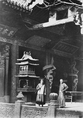 150. — Province du Cham-si. Façade intérieure d'un temple à Ju-t'che-yen, près de Taï-yuen-fou.
