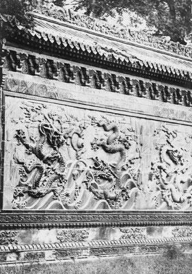 18. — Pékin. Palais impérial. Fragments du mur en céramique.
