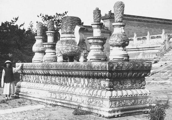 82. — Tombes impériales de Si-ling. Autel pour les sacrifices précédant de quelques mètres la tombe impériale.