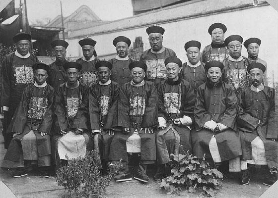 220. — Pékin. Un groupe de Mandchous en tenue de mandarins.