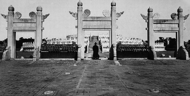 127. — Pékin. Temple du Ciel. Les trois portiques près de l'esplanade aux sacrifices.