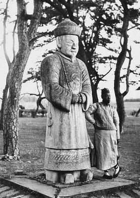 68. — Tombes impériales de Si-ling. Statue monolithe en marbre sur l'Avenue Sacrée. Un mandarin civil.